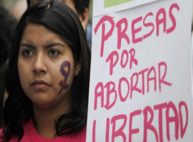 Exigen que se desista de acusar a salvadoreña procesada de aborto