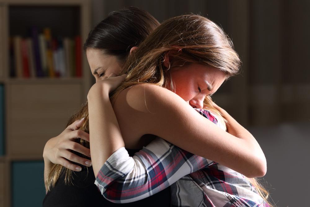 Mujeres llorando por la víctima de aborto clandestino